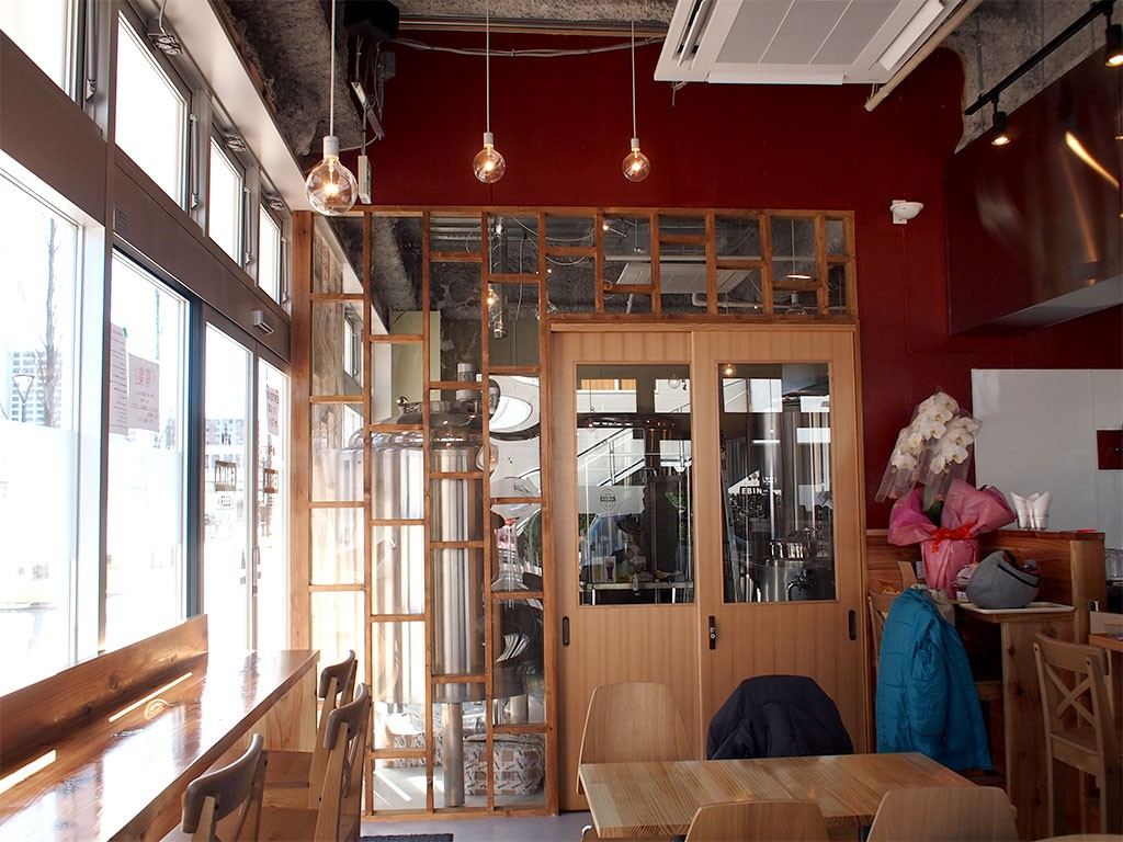 クラフトビール醸造所兼レストランバーの「EBINA BEER エビナビール」店内