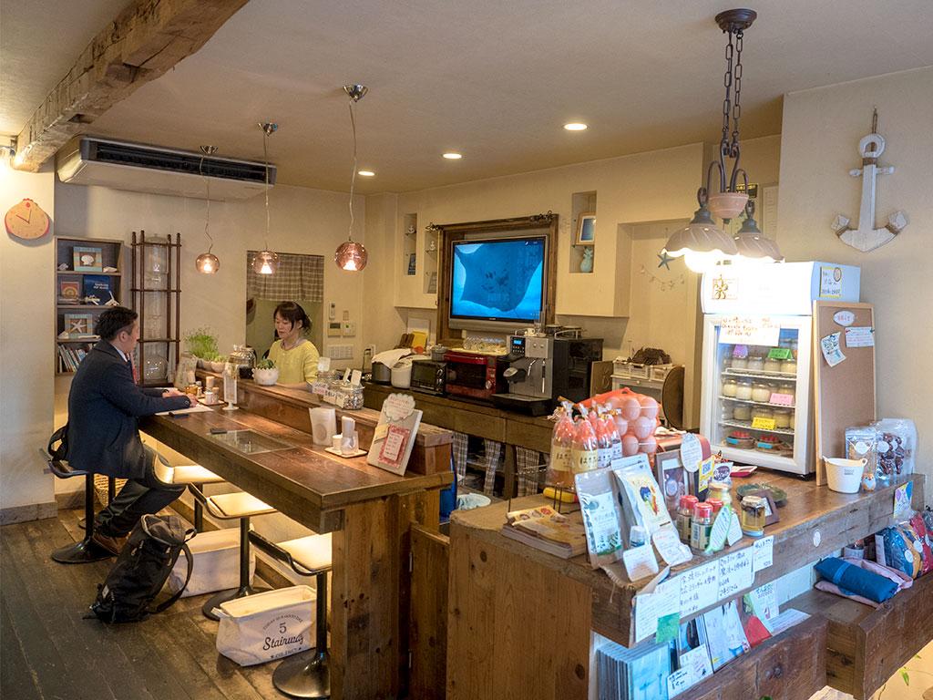 木材を基調とした店内は落ち着いた雰囲気