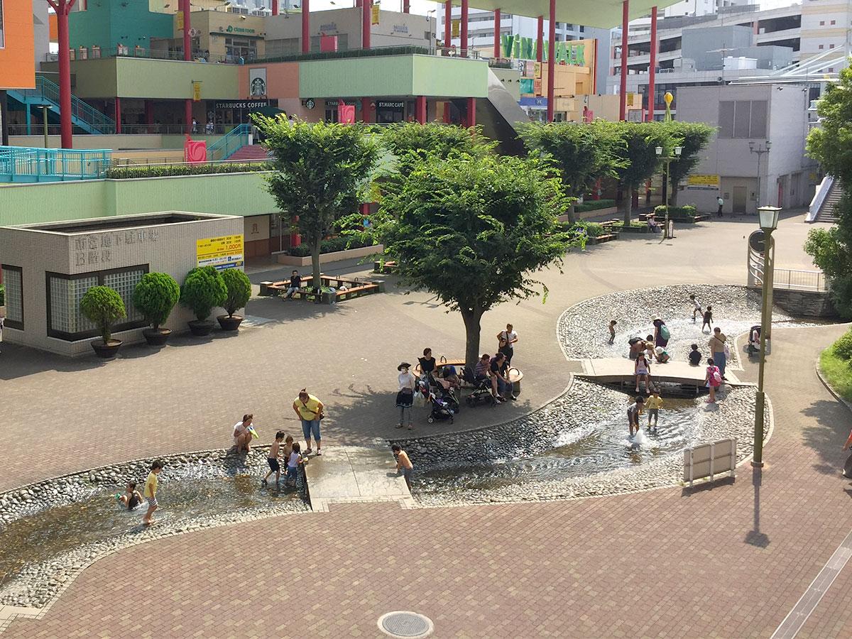 海老名駅前の中央公園で水遊び