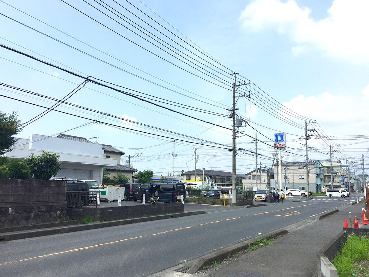 海老名高校近く「ローソン中新田一丁目店」隣のリサイクルショップ「リサイクルガーデン」跡地で、それ以前は「BOOKOFF(ブックオフ)」があった場所