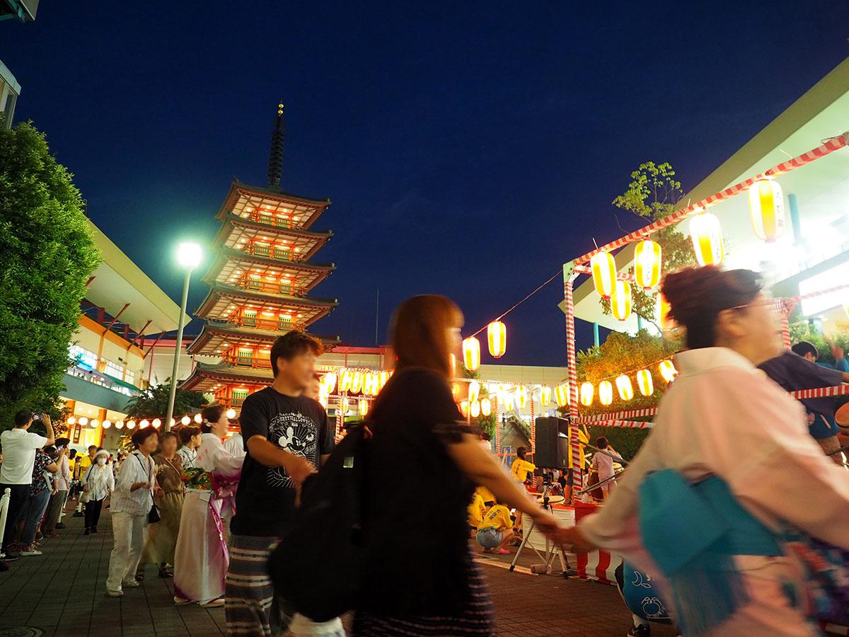 海老名中央公園の大きなシンボル「七重の塔」目の前に組まれたやぐらを囲み、踊りの輪を作る盆踊り大会