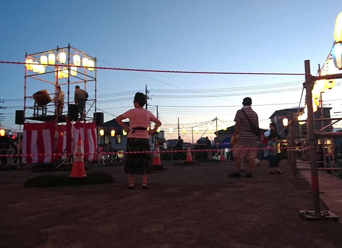 七十の塔を支えた基壇で踊る盆踊り