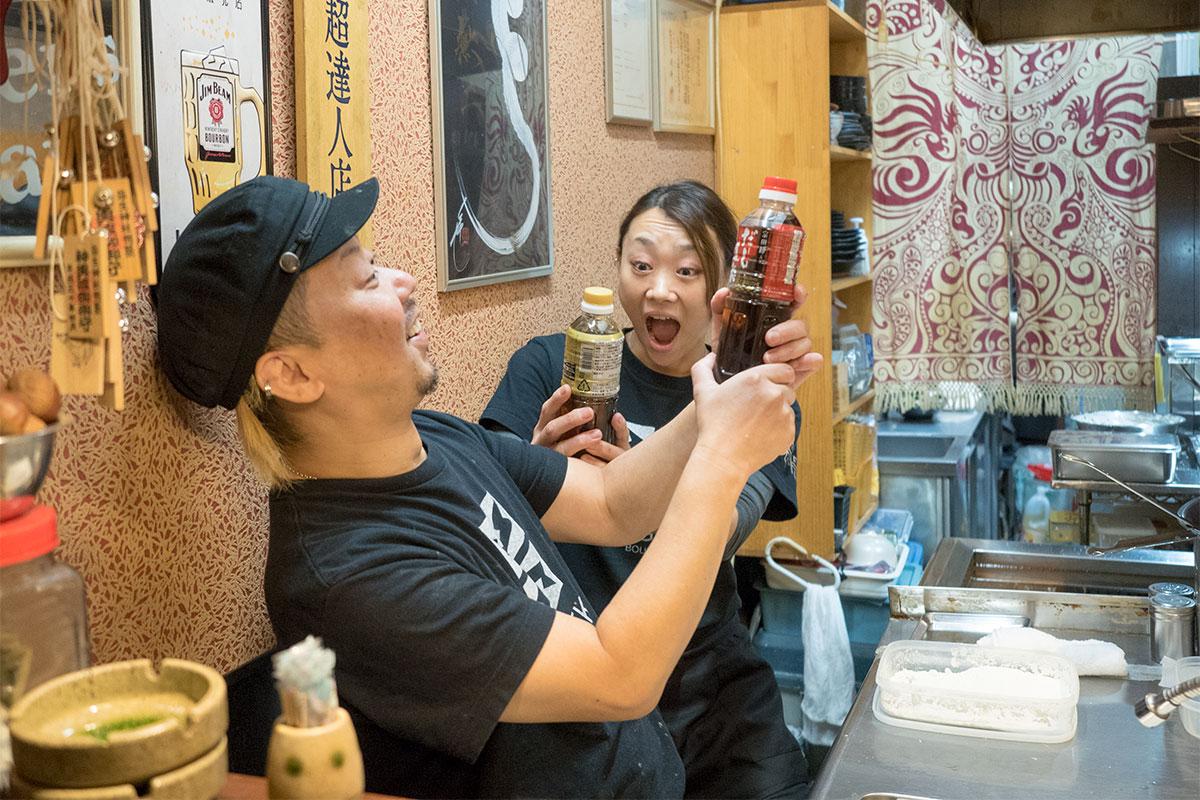 早速「だし道楽」を渡すと、実物を手に驚く店主の後藤さんとその奥さま。