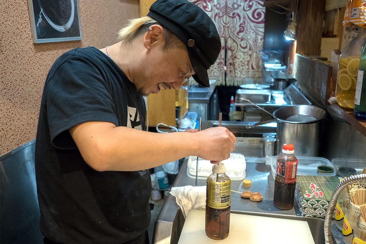 元日本料理人の血が騒ぐのか、中に入っている焼きあごが気になるようです。