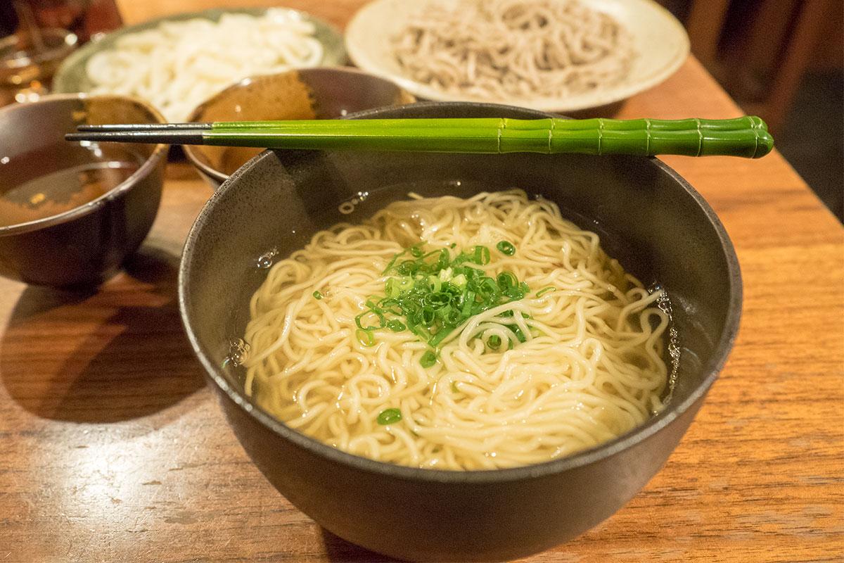 次は、宗田節で温かいラーメンに挑戦。温めると香りが際立ち、食欲をかきたてます。