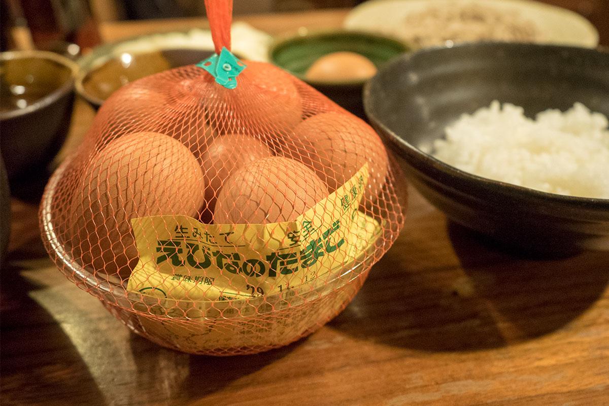 """〆は「えびなのたまご」と、旨みと甘みでまろやかな焼きあごで卵かけご飯。「えびなのたまご」は、海老名市唯一の養鶏場「清水鶏園」(海老名市中野)が作る、飼料にこだわった""""こくのある""""栄養豊富な美味しいたまご。"""